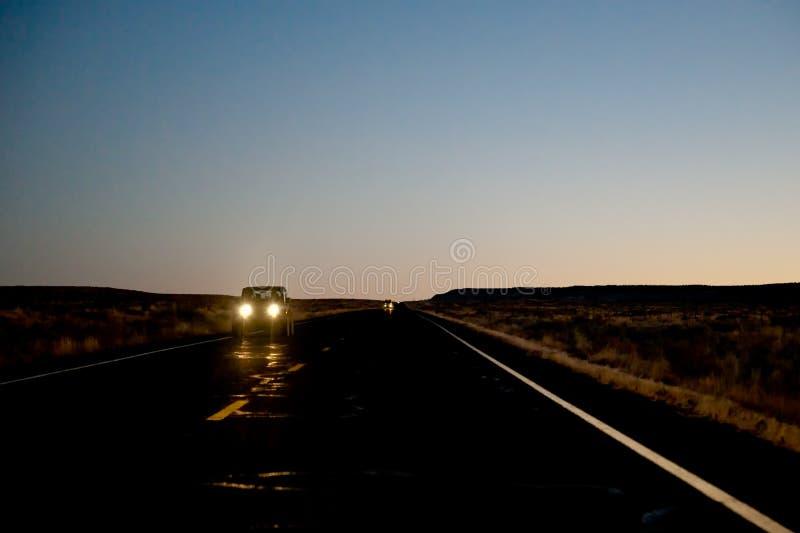 Veículo na estrada na noite imagens de stock royalty free