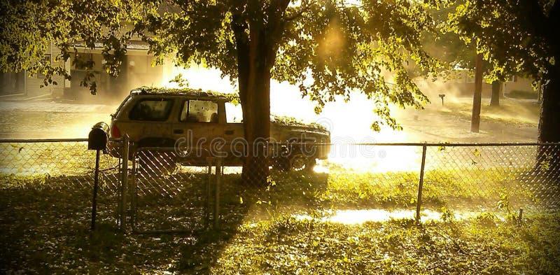 Veículo no lado da estrada após a tempestade da saraiva imagem de stock