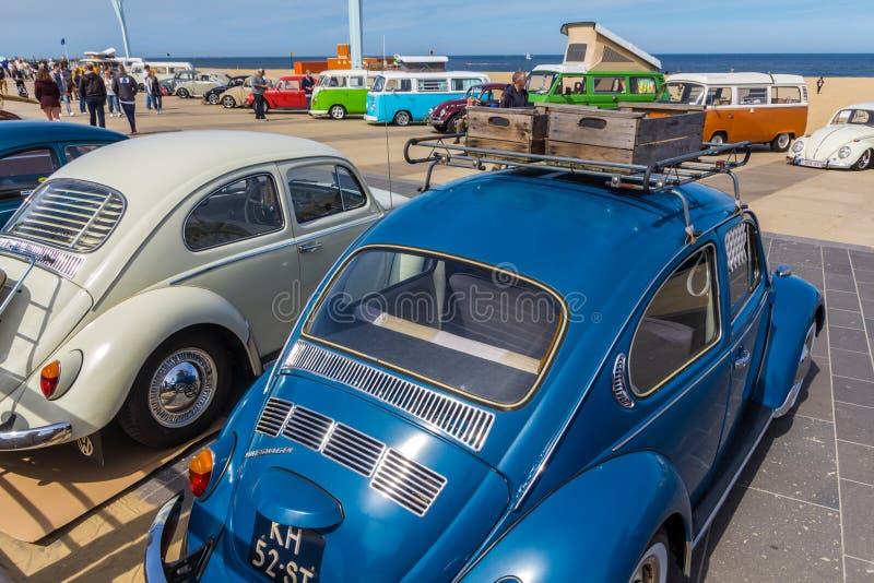 Veículos clássicos do besouro na praia de Scheveningen fotografia de stock