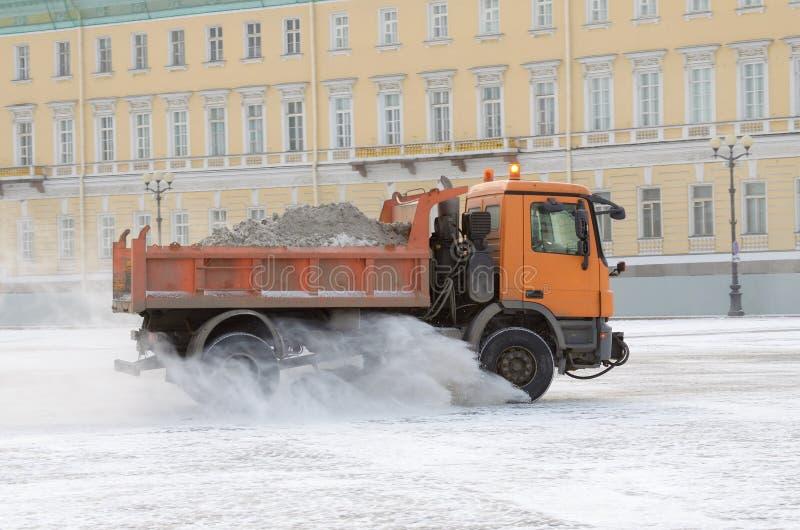 veículos da Neve-remoção nas ruas fotos de stock