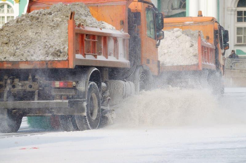 veículos da Neve-remoção nas ruas fotografia de stock