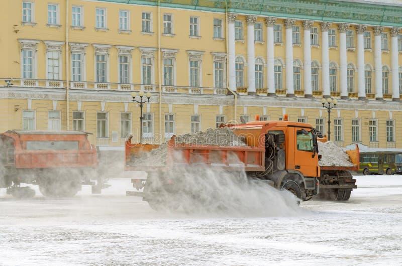 veículos da Neve-remoção nas ruas fotos de stock royalty free