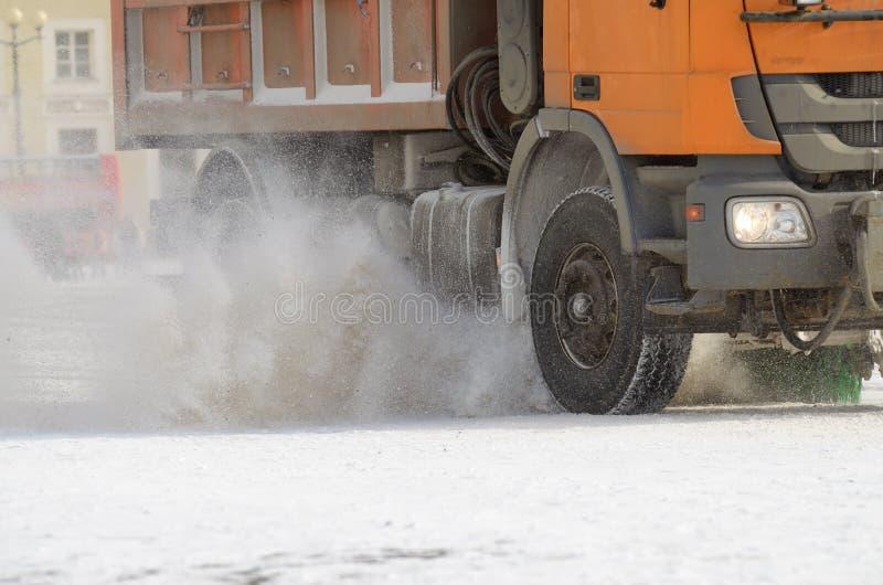 veículos da Neve-remoção nas ruas imagens de stock