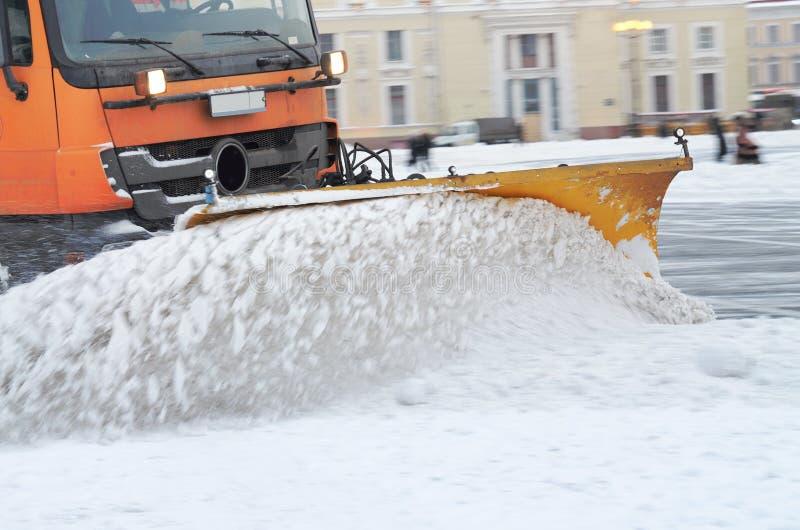 veículos da Neve-remoção nas ruas imagens de stock royalty free