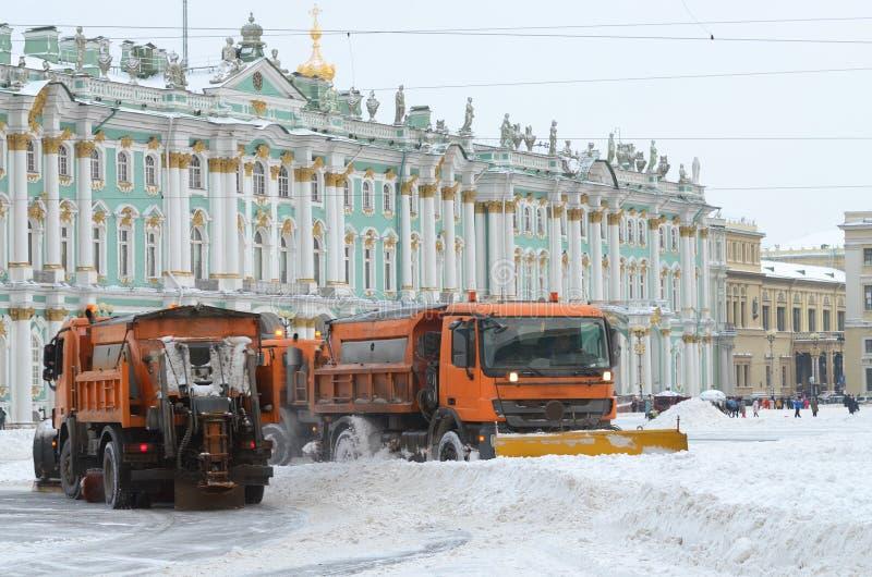veículos da Neve-remoção nas ruas imagem de stock royalty free