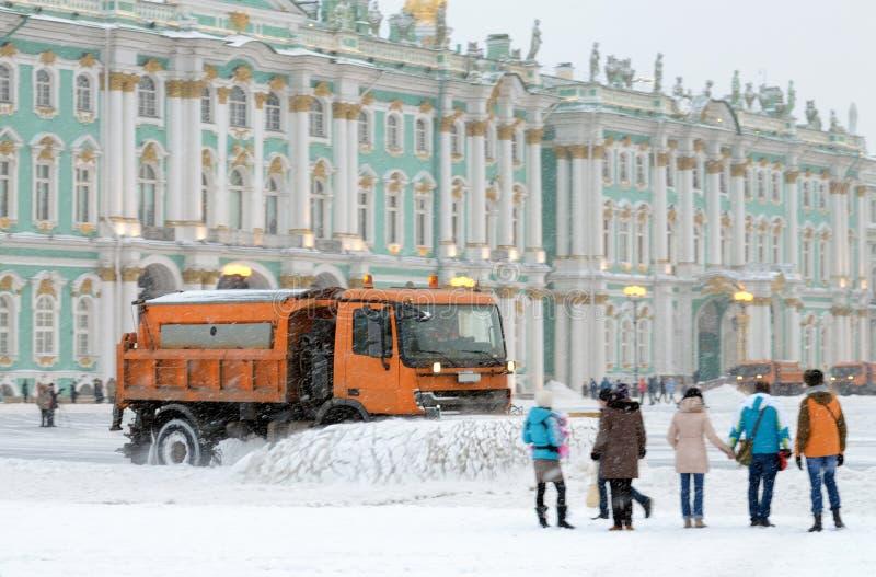 veículos da Neve-remoção nas ruas foto de stock