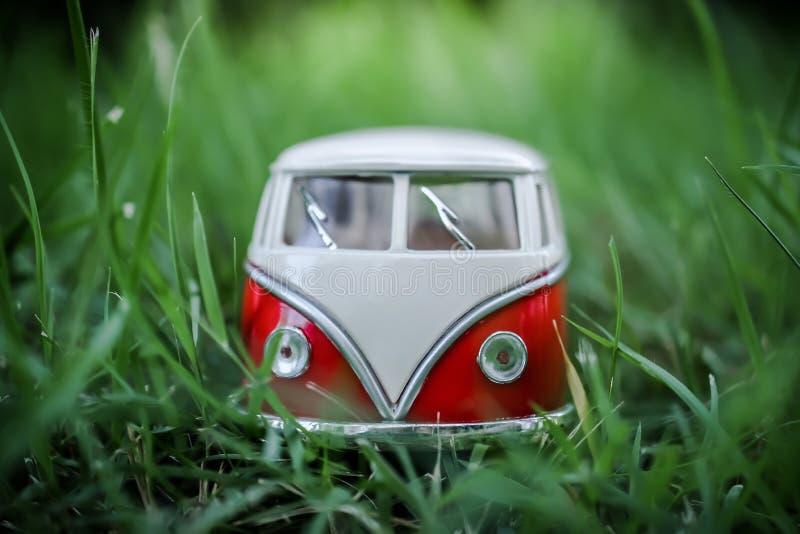 Veículos do brinquedo de Van Classic no fundo verde imagens de stock