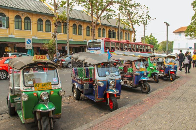 Veículos do tuk de Tuk em Banguecoque, Tailândia foto de stock