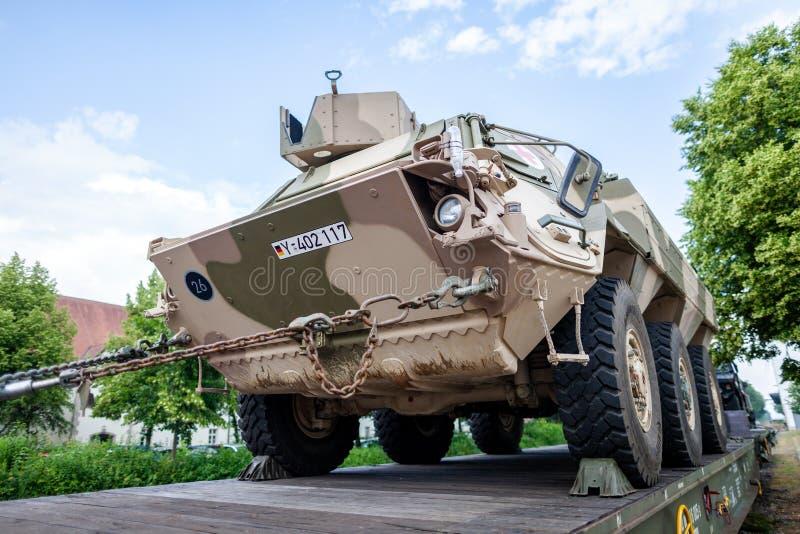 Veículos militares blindados alemães de Bundeswehr, suportes em um vagão do trem fotos de stock