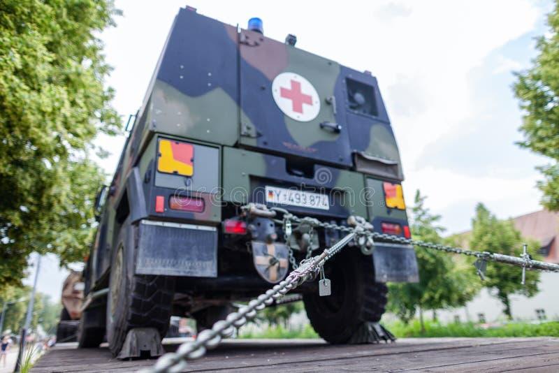 Veículos militares blindados alemães de Bundeswehr, suportes em um vagão do trem imagem de stock royalty free