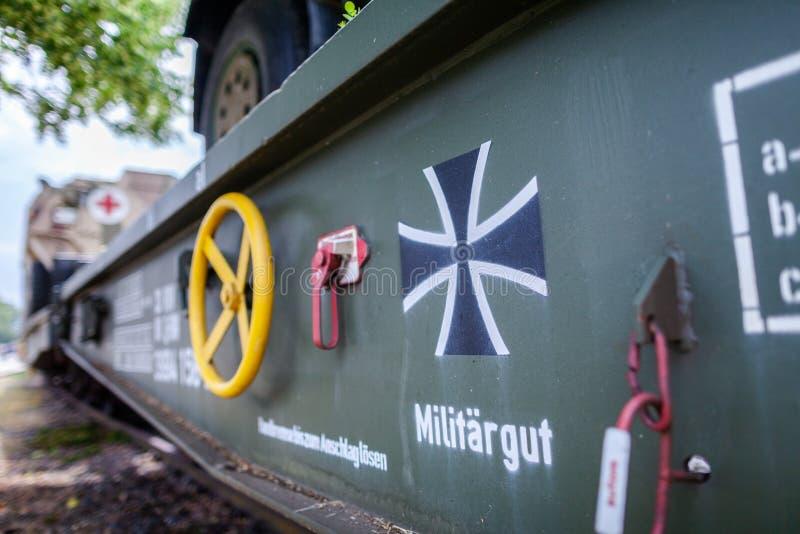 Veículos militares blindados alemães de Bundeswehr, suportes em um vagão do trem imagens de stock