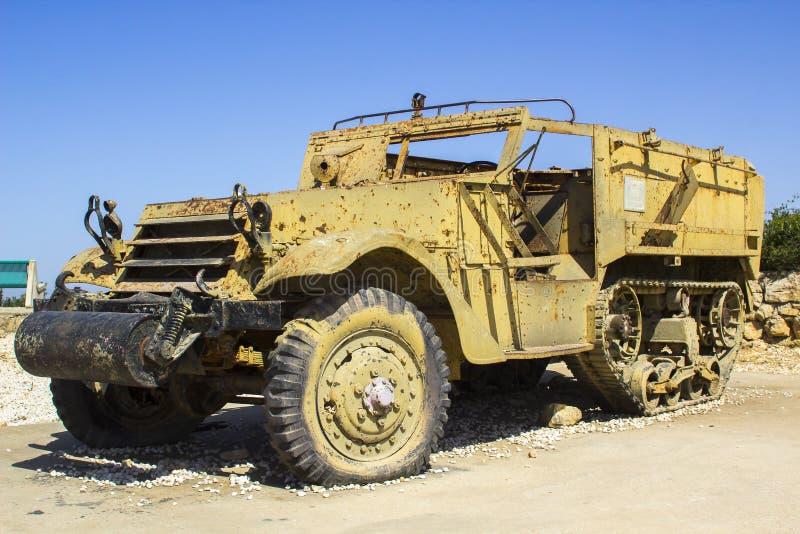 Veículos militares blindados rejeitados no monte segunda-feira do radar de HarAdar imagem de stock