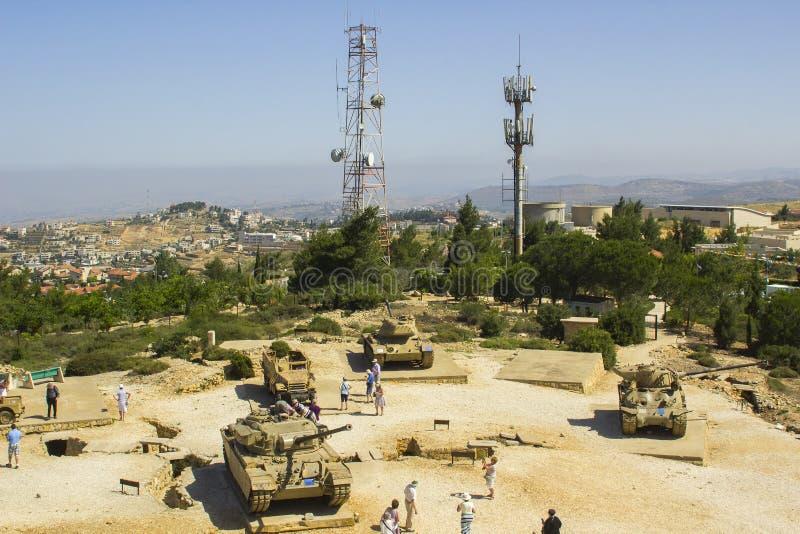 Veículos militares blindados rejeitados no monte segunda-feira do radar de HarAdar fotos de stock
