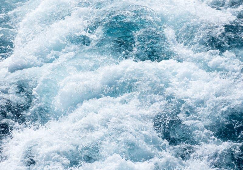 Vea abajo en detrás del barco de cruceros con el océano de batido fotos de archivo libres de regalías