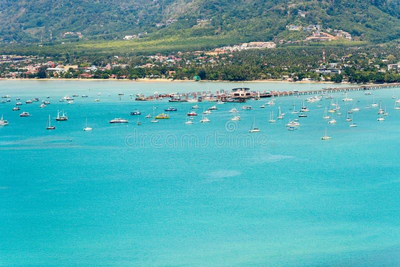 Vea el mar y el embarcadero para el barco del viaje en la isla de Phuket, Tailandia foto de archivo