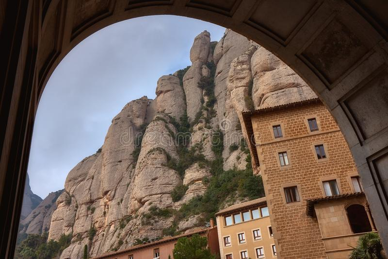 Vea el monasterio católico famoso de Montserrat en el fondo de rocas redondas Cataluña de España fotos de archivo