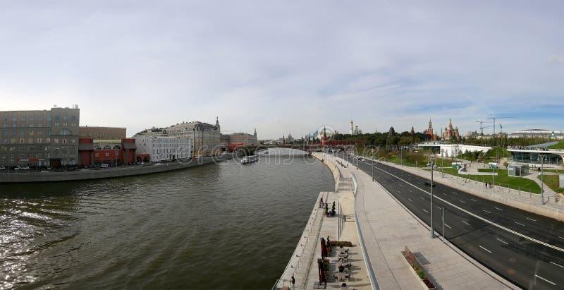 Vea el panorama del río de Moskva, del terraplén de Moskvoretskaya y del Kremlin del nuevo puente de flotación en el parque de Za imagen de archivo libre de regalías