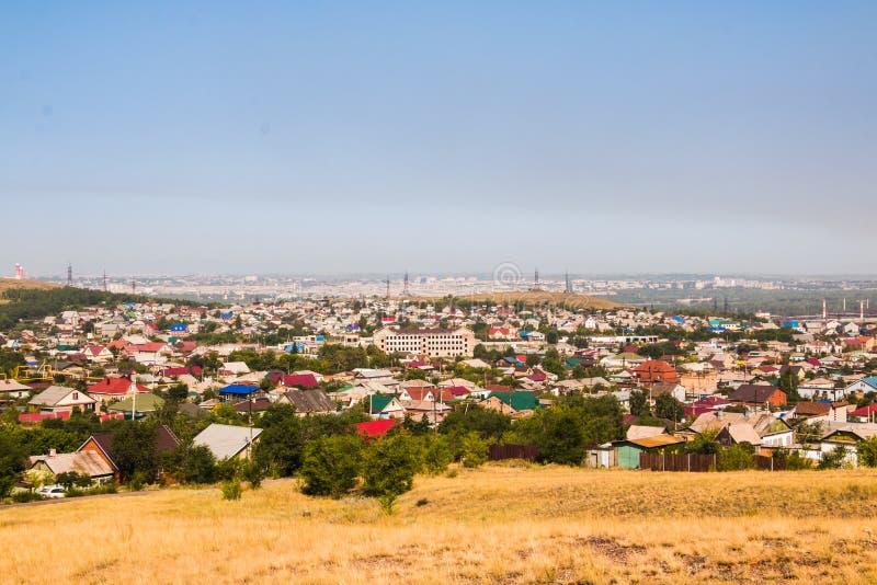 Vea el panorama a la vieja parte de la ciudad de Magnitogorsk con las pequeñas casas imagen de archivo libre de regalías
