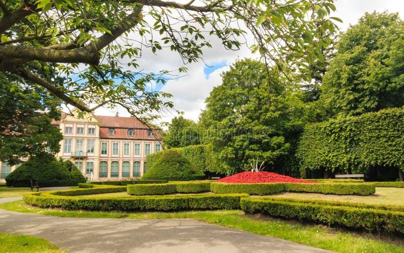 Vea en palacio y las flores de los abades en el parque de Gdansk Oliva imágenes de archivo libres de regalías