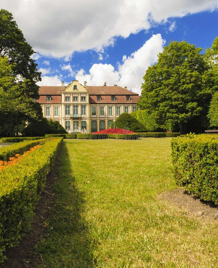 Vea en palacio y las flores de los abades en el parque de Gdansk Oliva imagen de archivo libre de regalías