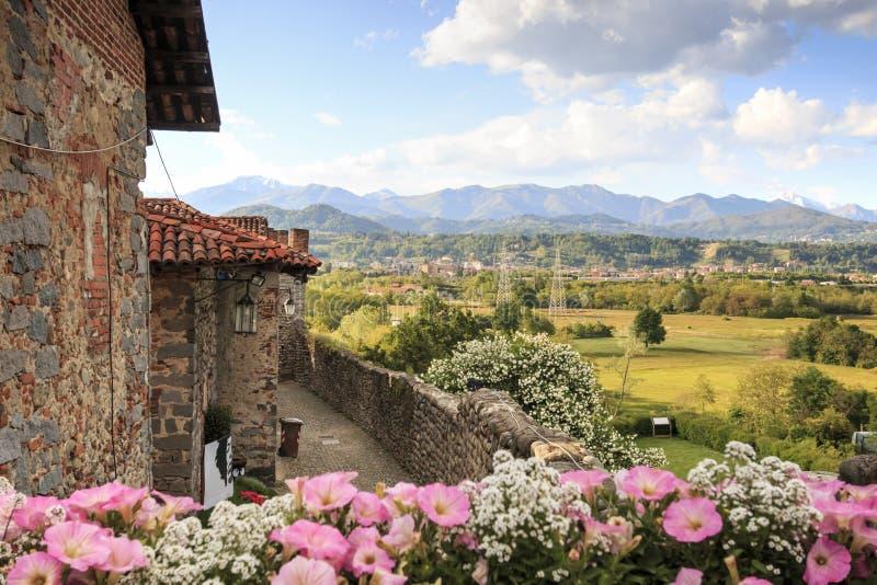 Vea la forma el interior del pueblo medieval de Ricetto di Candelo en Piamonte, usado como refugio en tiempos de ataque durante e foto de archivo