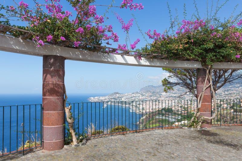 Vea la plataforma con las flores ornamentales y una visión aérea en Funchal, Madeira imagen de archivo libre de regalías