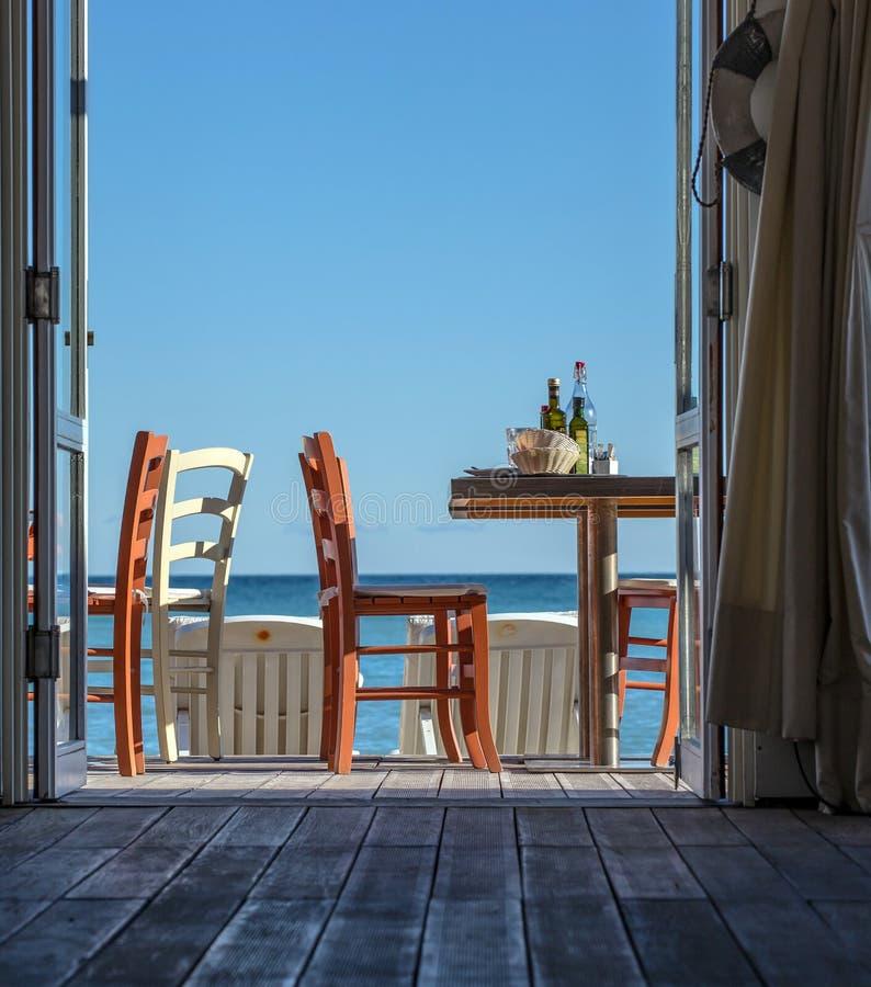 Vea la visión/el restaurante, las tablas y las sillas fotos de archivo