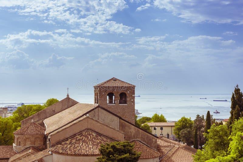 Vea las casas en Trieste y el mar en Italia imagen de archivo libre de regalías