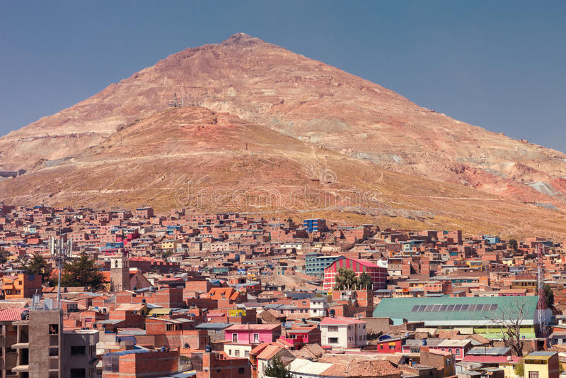 Vea panorámico de las minas de plata en la montaña de Cerro Rico de la iglesia de San Francisco en Potosi, Bolivia fotos de archivo