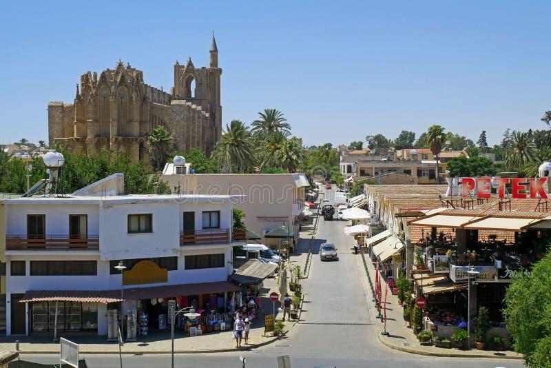 Vea St Nicholas Cathedral de Lala Mustafa Pasha Mosque antes, de la pared vieja de la ciudad de Famagusta Gazimagusa fotografía de archivo libre de regalías