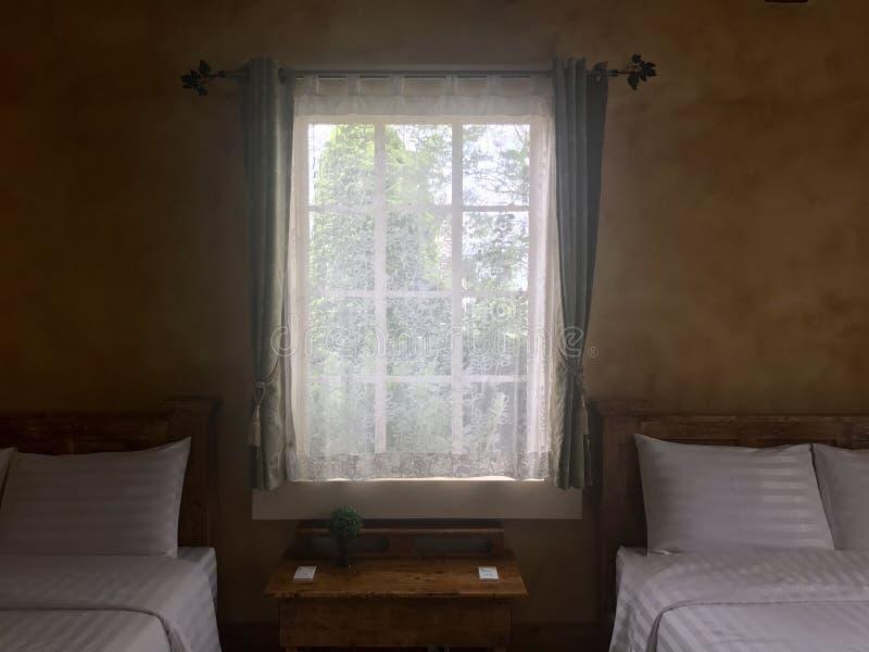 Vea a través la cortina en dormitorio foto de archivo