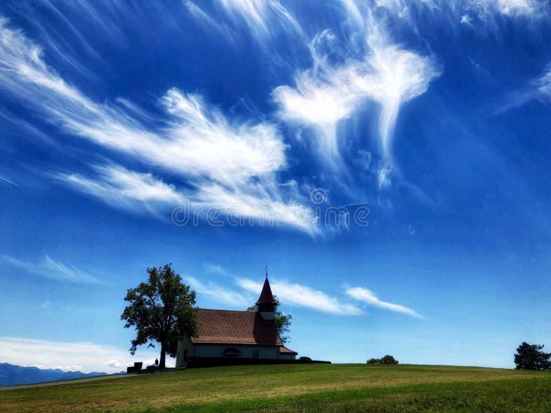 Vea una pequeña capilla hermosa en el campo imagen de archivo