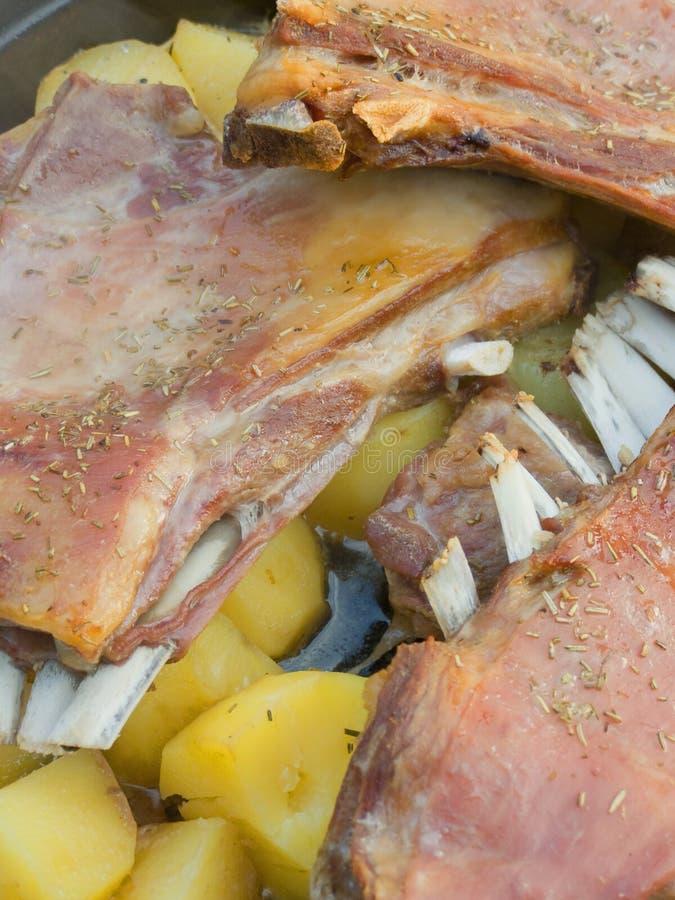 Veau cuit au four avec des pommes de terre photographie stock