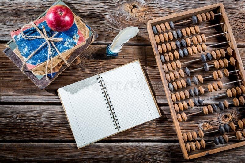 Vecchi abaco, penna e libri sulle classi di matematica fotografie stock
