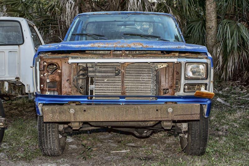 Vecchi abbandonati prendono il camion fotografia stock libera da diritti