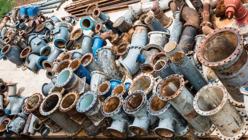 Vecchi accessori per tubi del ghisa in impianto per il trattamento delle acque fotografia stock libera da diritti