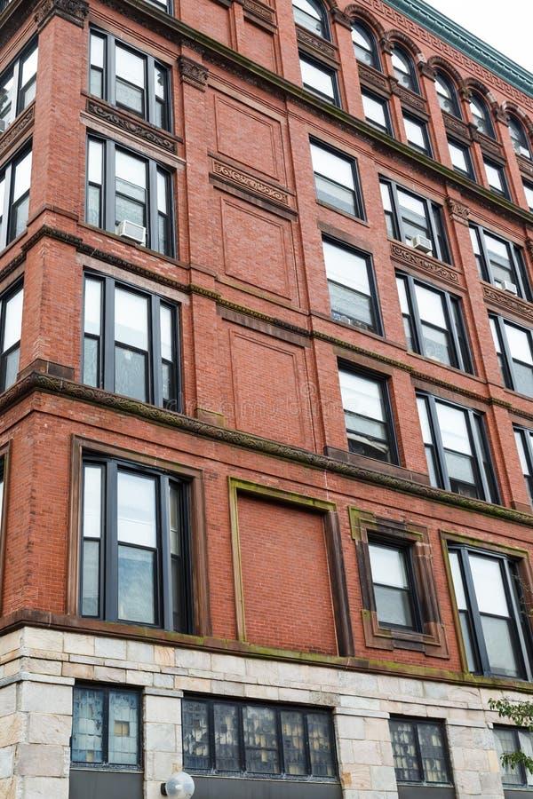Vecchi appartamenti del sottotetto del mattone fotografie stock