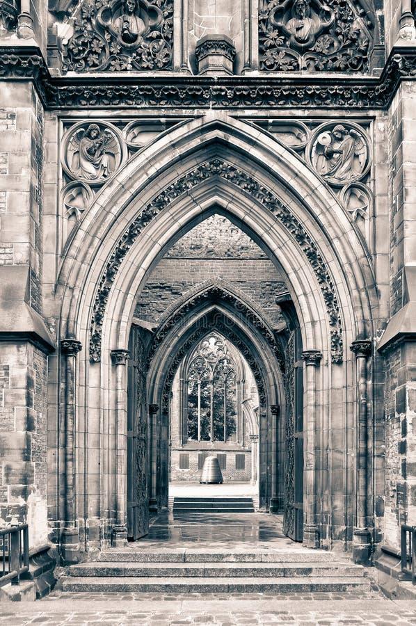 Vecchi archi della chiesa fotografie stock libere da diritti