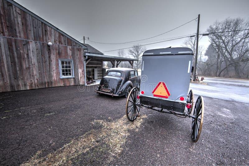 Vecchi automobile e carrozzino di Amish immagini stock libere da diritti