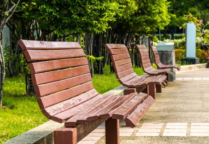 Vecchi banchi in parco pubblico fotografia stock