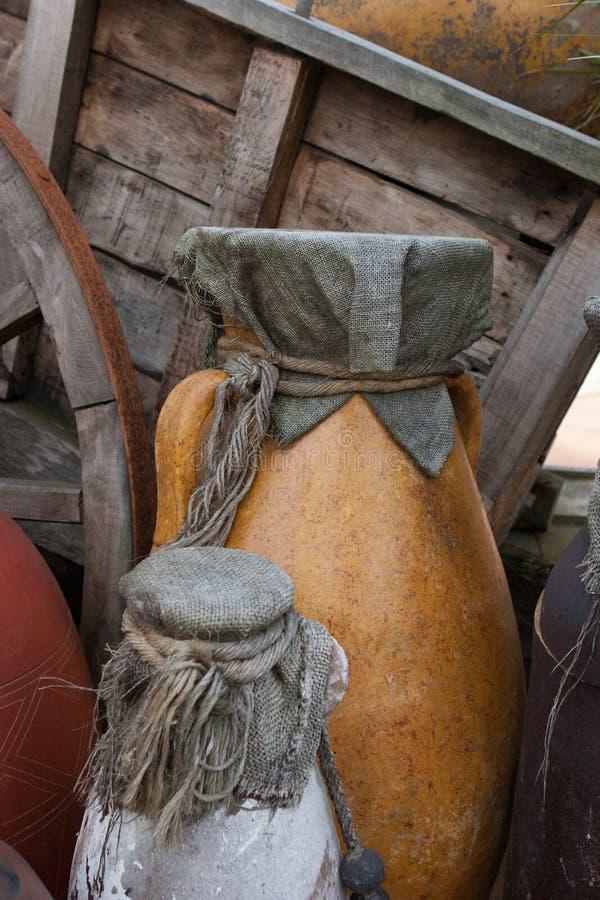 Vecchi barattoli ceramici immagine stock