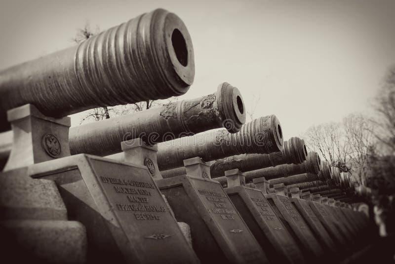 Vecchi barilotti del cannone. Cremlino di Mosca. immagini stock libere da diritti
