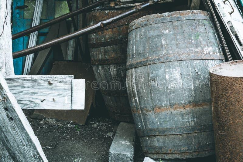 Vecchi barilotti di legno per vino fotografia stock libera da diritti