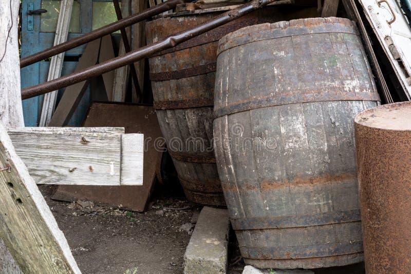 Vecchi barilotti di legno per vino fotografie stock libere da diritti