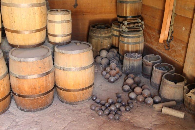 Vecchi barilotti e palle di cannone della polvere nera fotografia stock