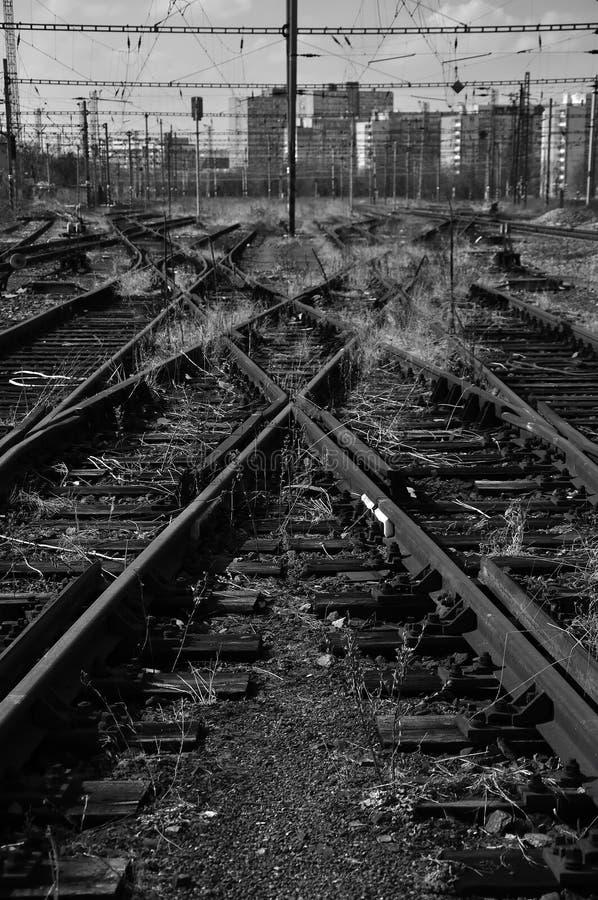 Vecchi binari ferroviari nella città immagini stock libere da diritti