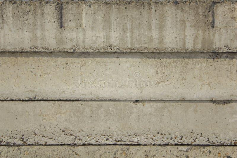 Vecchi blocchi in calcestruzzo grigi con danno e sollievo profondo ed ombre Linee orizzontali Struttura della superficie ruvida immagine stock libera da diritti