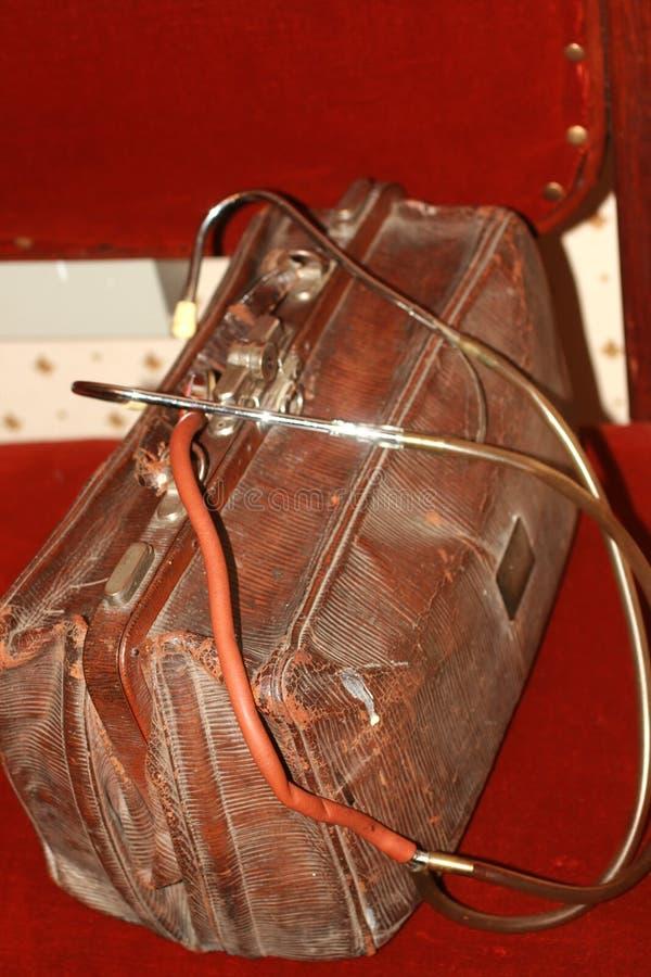 Vecchi borsa e phonendoscope d'annata di medico Stetoscopio raro immagini stock