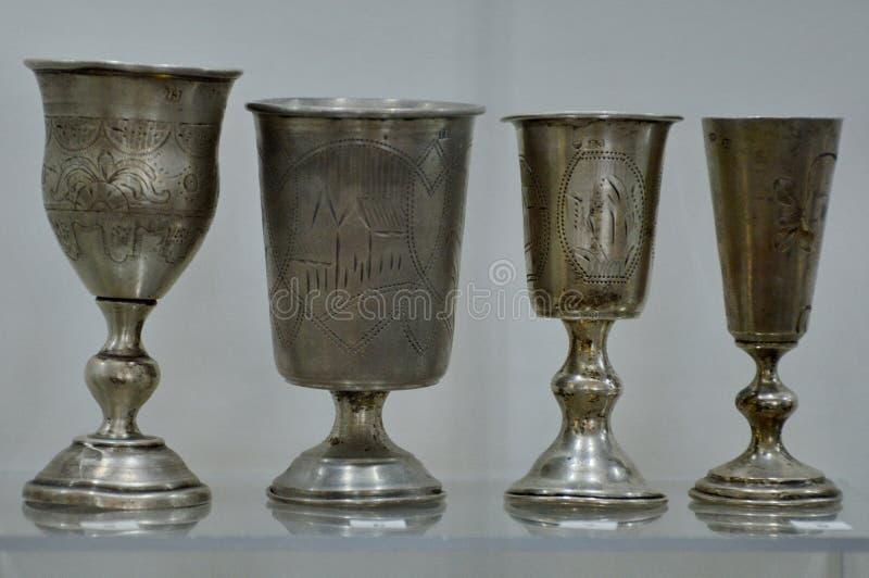 Vecchi calici d'argento da un castello in Bielorussia fotografia stock