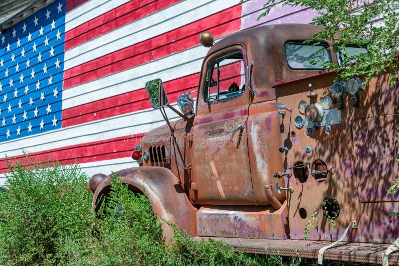 Vecchi camion e bandiera americana, simbolo degli Stati Uniti Route 66 fotografie stock